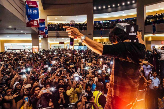 Shahrukh Khan addressing large audience at movie premiere in Dubai